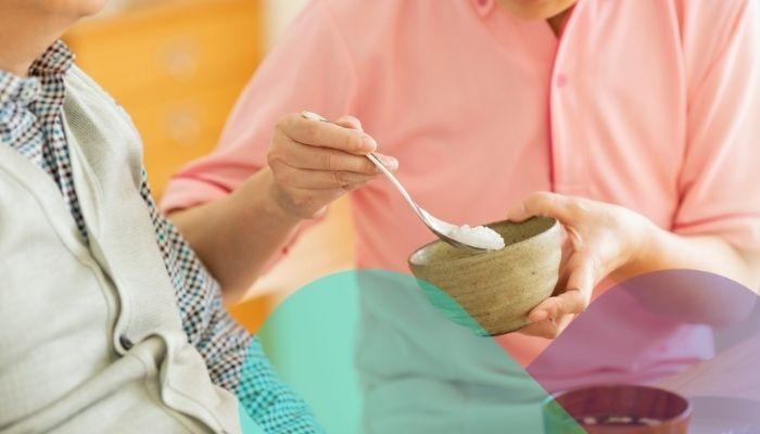 Qué hacer ante trastornos de deglución en adultos mayores